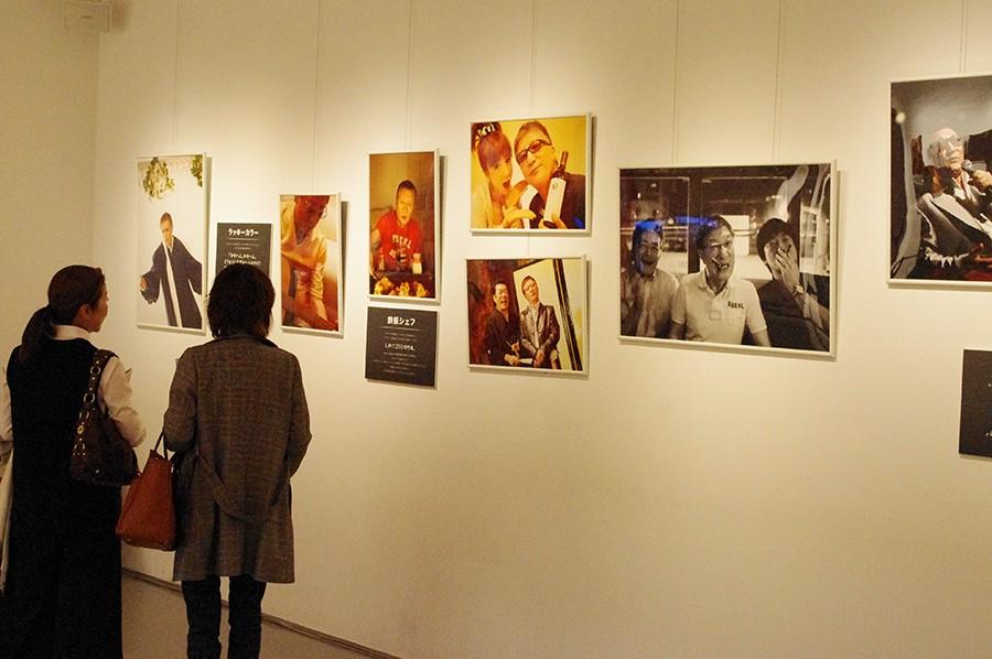 元・大阪市長との希少な3ショットなど、プライベート写真が多数展示されている