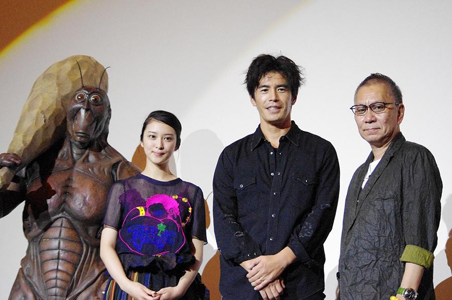 左より、宣伝を担うテラ課長、武井咲、伊藤英明、三池崇史監督