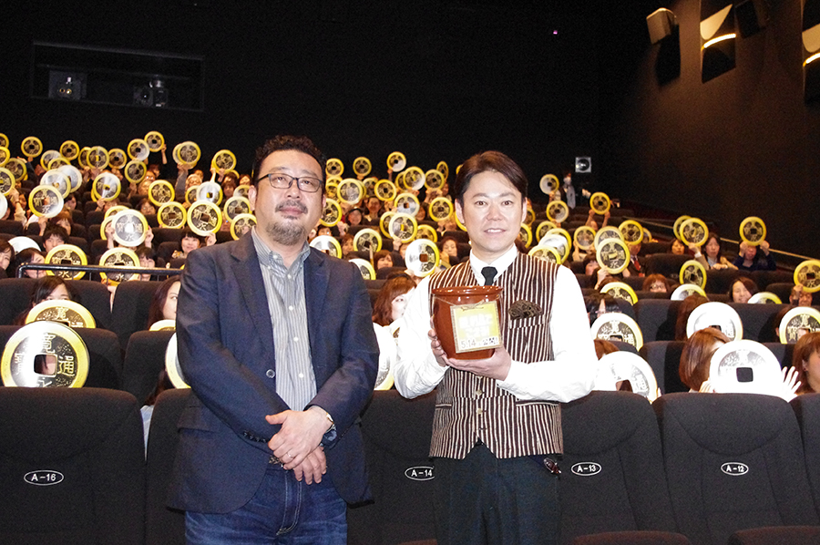 ひとり5円で協力した「銭集めプロジェクト」の壺を持つ阿部サダヲ(右)と中村義洋監督(8日・大阪市内)
