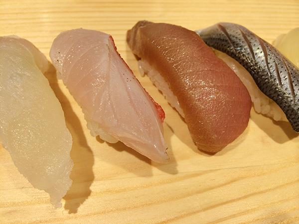 左から真鯛300円、金目鯛500円、漬けマグロ200円、こはだ300円、すべて2貫の値段