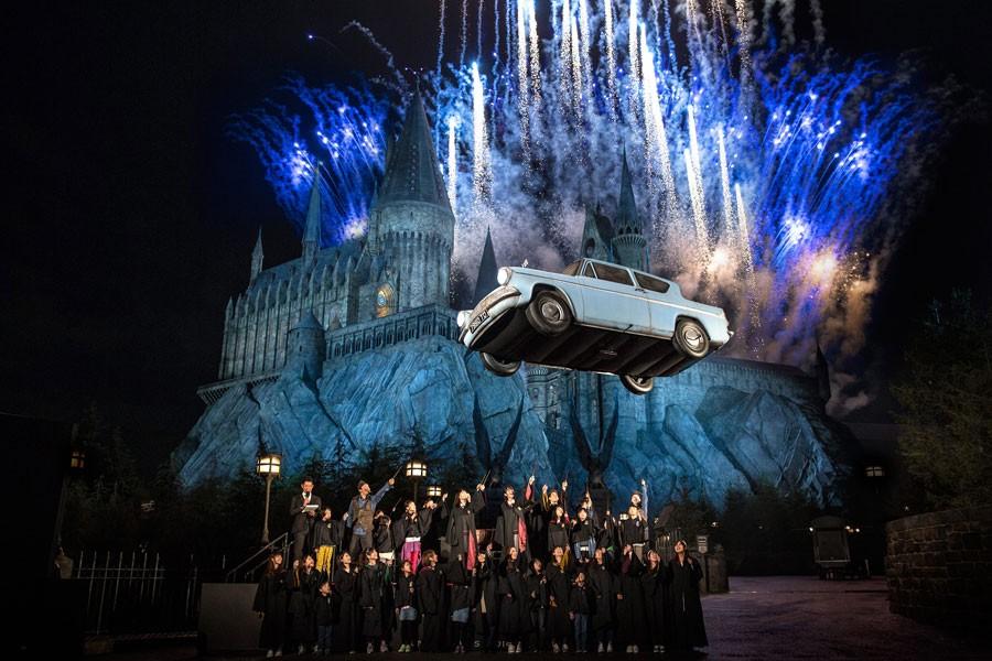 ワイヤーなどはなく、本当に宙を浮いたフォード・アングリア ™ & © Warner Bros. Entertainment Inc. Harry Potter Publishing Rights © JKR. (s16) 画像提供:ユニバーサル・スタジオ・ジャパン