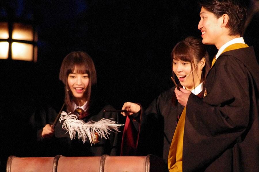 目をまんまるにして驚く広瀬アリスと、魔法が使えることを楽しんでいる広瀬すずの姉妹