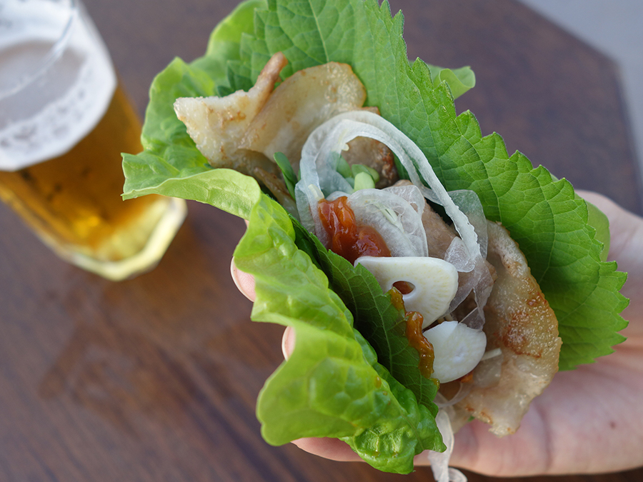 サムギョプサルは、サンチュ、えごまの葉、玉ネギ、キャベツ炒め、キムチなどトッピングも豊富
