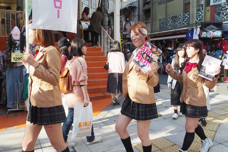 大阪・アメリカ村を練り歩く女子高生のゾキュンたち