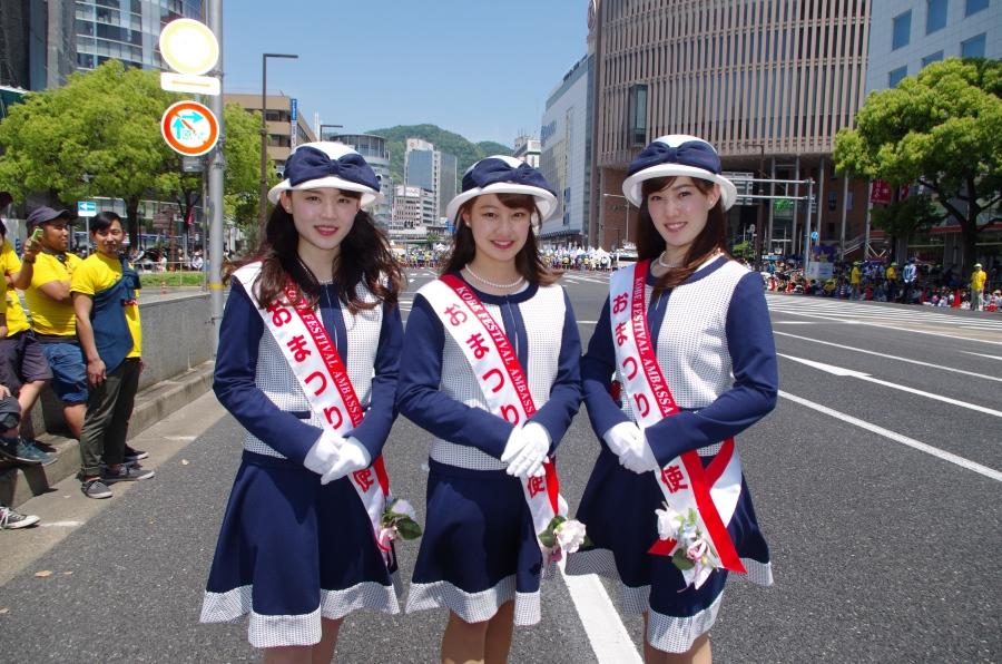第11期親善大使スマイル神戸で「おまつり大使」の3人。左から柏谷祐さん、額田星香さん、秋田くるみさん