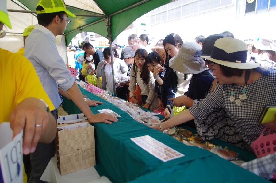 兵庫県洋菓子協会のマドレーヌ販売ブースには長蛇の列が!