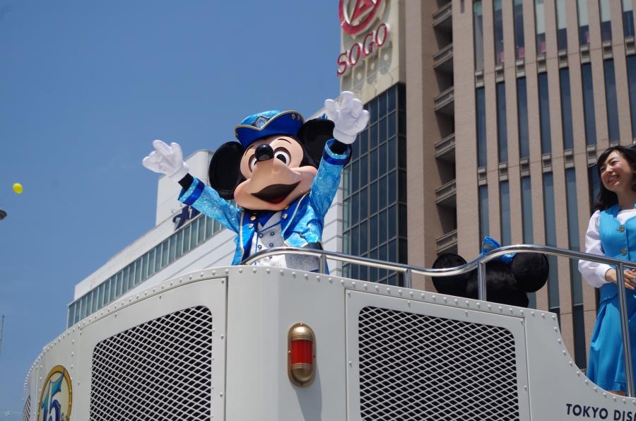 大人気のパレードでは観客から「ミッキー!!」という声に大きく手を振って応える