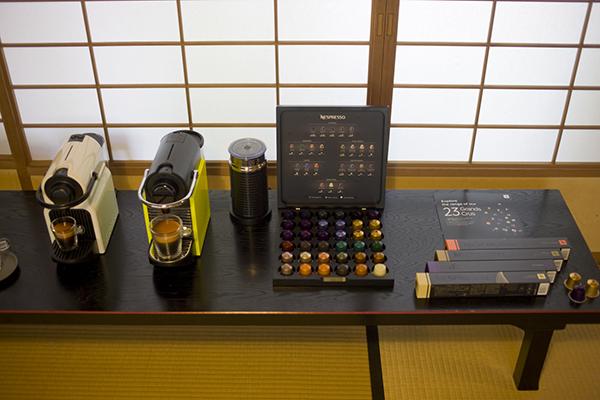 「ネスプレッソの珈琲茶会」で控えの間に展示された、ネスプレッソのマシンとカプセル
