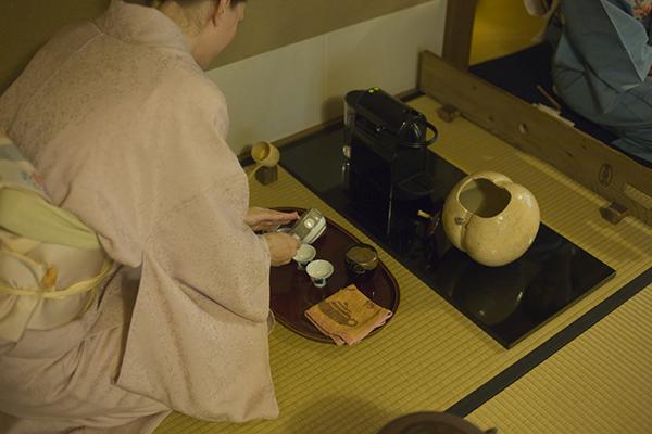 マシンの横の水入れは蹴鞠の形。急須で煎茶碗にエスプレッソを注ぐ