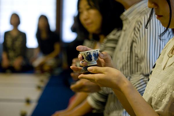 煎茶碗は青花の童子。東西の出会いであるシルクロードをイメージして