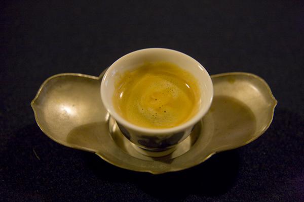 エスプレッソを煎茶椀でいただく。茶托は五月ゆえ、葵の形に