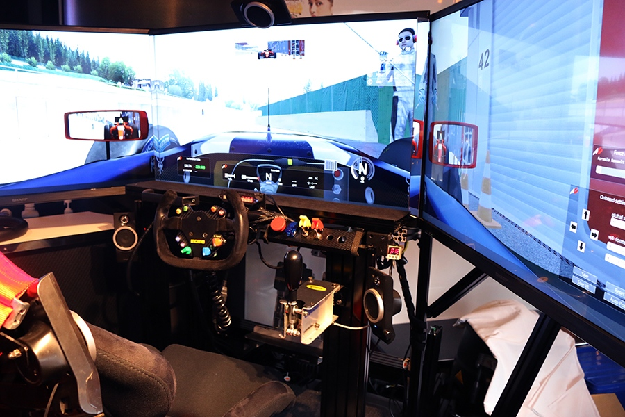 モニター3台分の視界でリアルなサーキット走行が体験できるレーシングシミュレーター