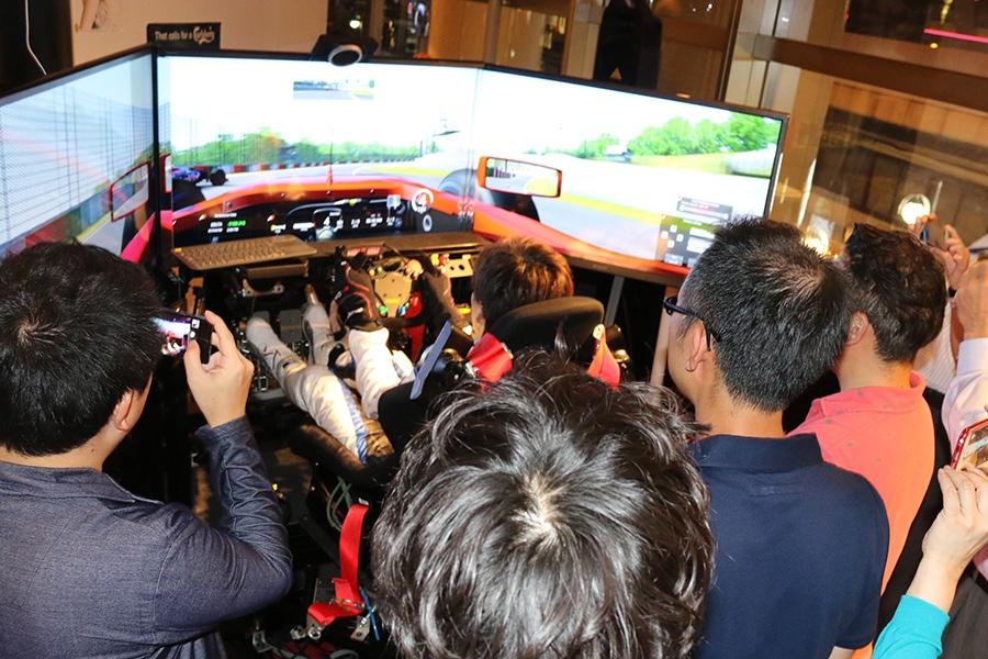 プロのドライビングテクニックを間近で見ようと、交流会には大勢の人が参加