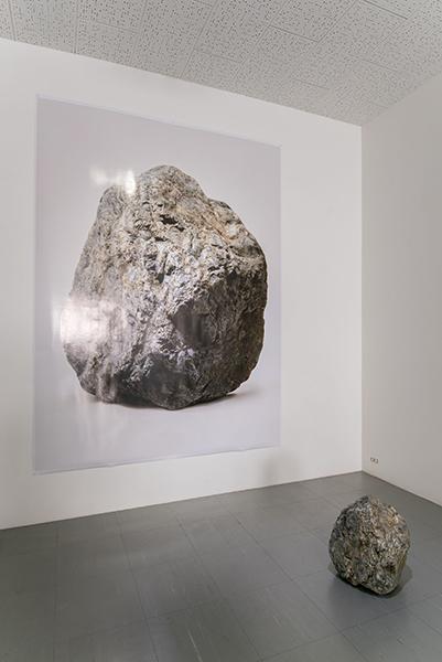 乃村拓郎《about a stone》 2015年 ピグメントプリント、石 撮影/長谷川朋也
