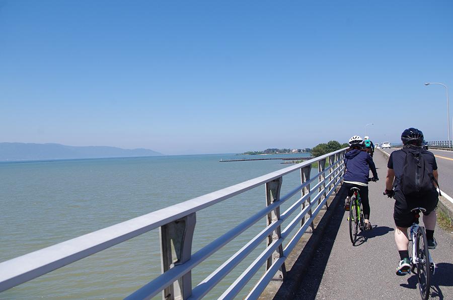 美しい琵琶湖を眺めながらのサイクリング、涼しい風がとても気持ち良い