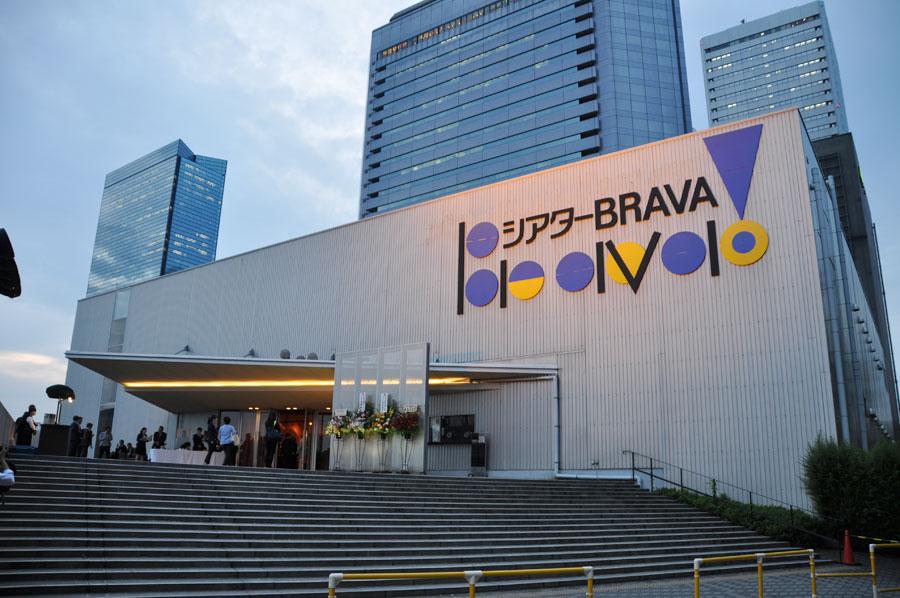 11年の間に、蜷川幸雄をはじめ、野田秀樹、劇団☆新感線など、554公演が行われ、のべ200万人を動員