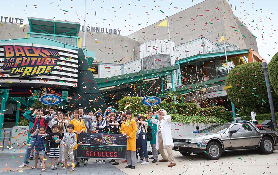 6,000万人目を記念して、ドク・ブラウン博士とゲスト全員で記念撮影
