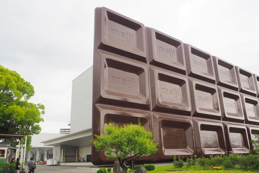 JR東海道本線の電車から見えるとテンションがあがる「ビッグミルチ」の看板。外もチョコの甘~い香りが漂っている