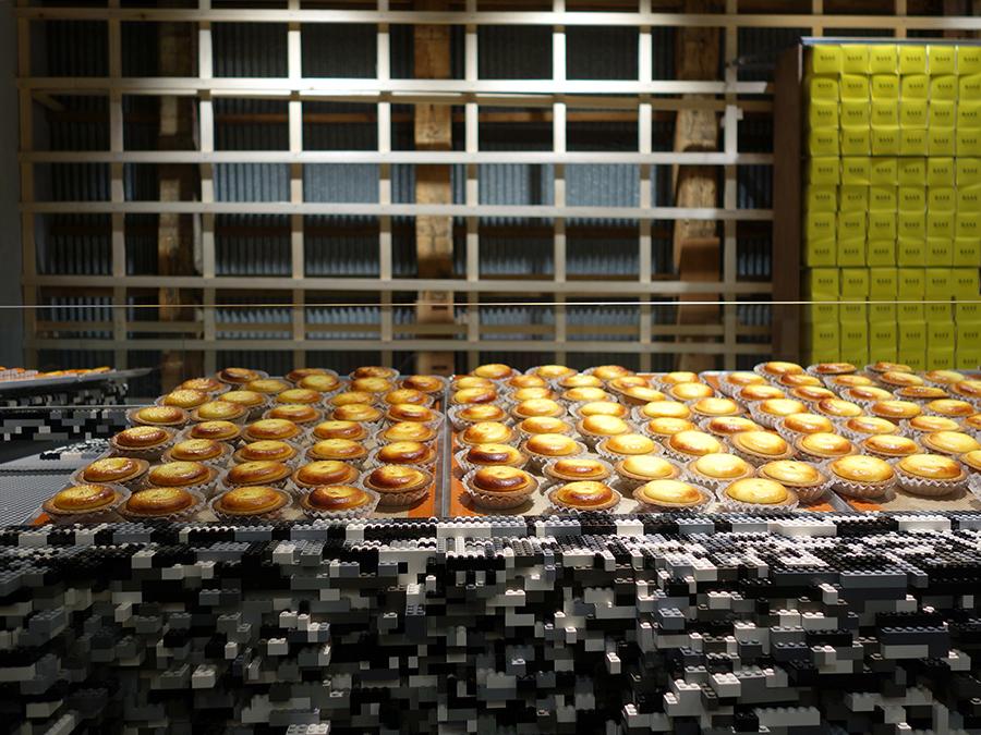 アツアツのチーズタルトを、台の上で冷まして食べ頃で提供。店内にはいい香りが漂う