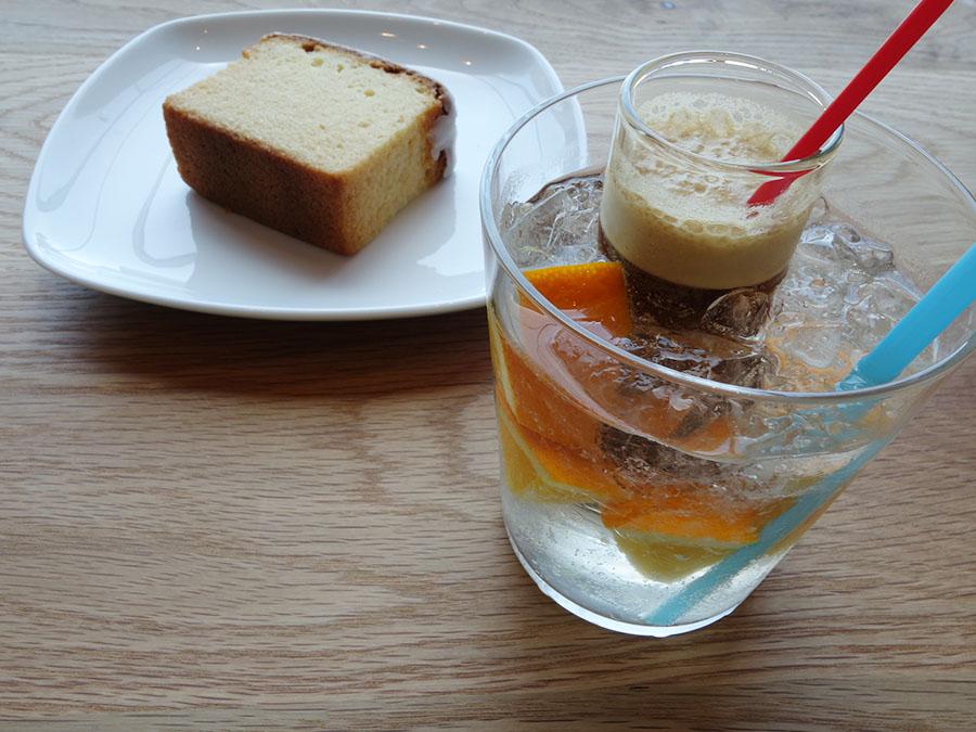「OGAWA COFFEE LiMiTED CAFE」の「OKADA スペシャル+パウンドケーキ」1,000円。ほかにコーヒーカクテル、ランチセットなども