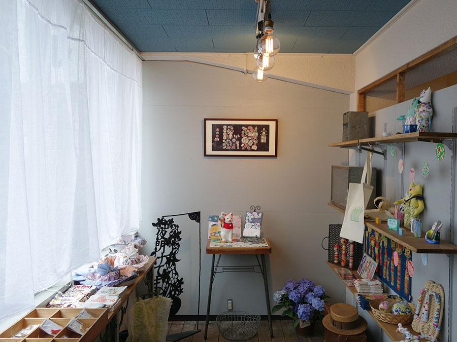 ギャラリースペース。『夜長堂の乙女モダン蒐集帖』に掲載された作家の作品を展示したり、期間ごとによってどんどん変身