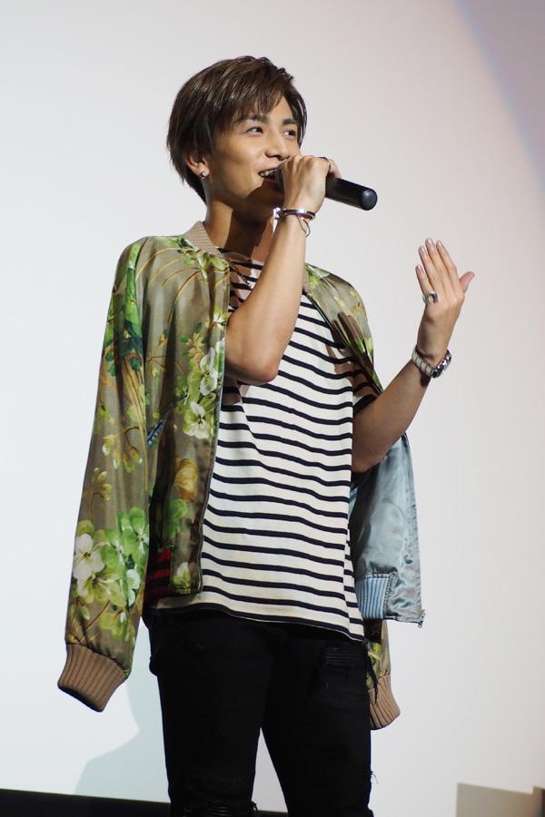 映画にちなんでか、「植物」柄の衣装で登場した岩田