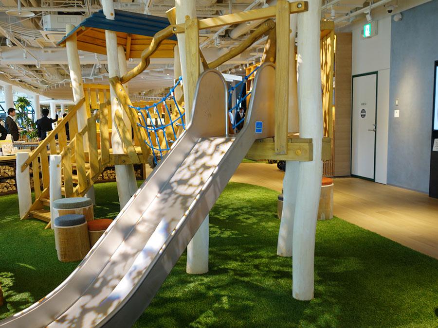 天然の木を用いたドイツのジク・ホルツ社の遊具は無料で遊べる(5F)