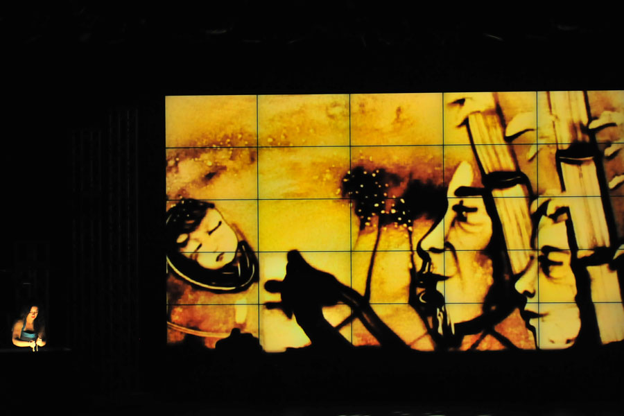 サンドアートのディディ・ロダンは、日本の民話「竹取物語」をテーマにしたパフォーマンスを