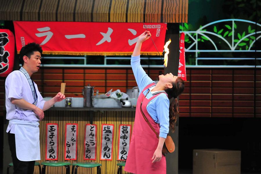 エンターテイナーを目指す女子高生を演じた福本愛菜は、なかじぃの得意技である口の中で火を消す危険なパフォーマンスに挑戦