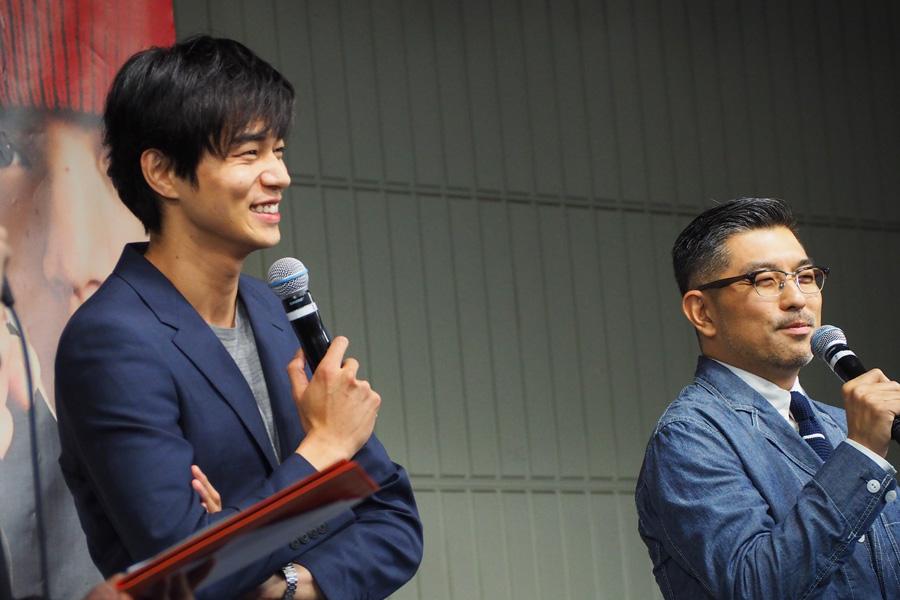イベントに登場した東出昌大と、豊島圭介監督(右)