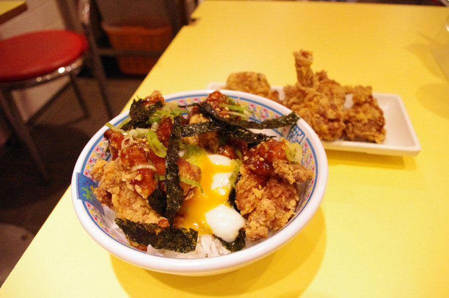 温泉玉子とからめていただくと、風味が変わって2度楽しめる「金のカラアゲ丼」