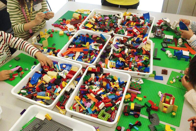 会場では自由にブロックで遊べて、熟練のビルダーにヒントをもらうことも