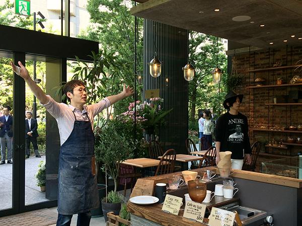 「オープンするよ! 準備はOK?」と店主の岩永歩さん。開店前に50人以上が行列を作った