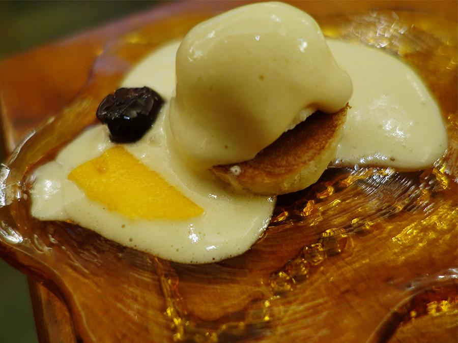 オリアナ・シェフの母ロランダのレシピで作ったパンケーキ。烏骨鶏卵のマスカルポーネクリームと宮崎マンゴーのスライスを添えて
