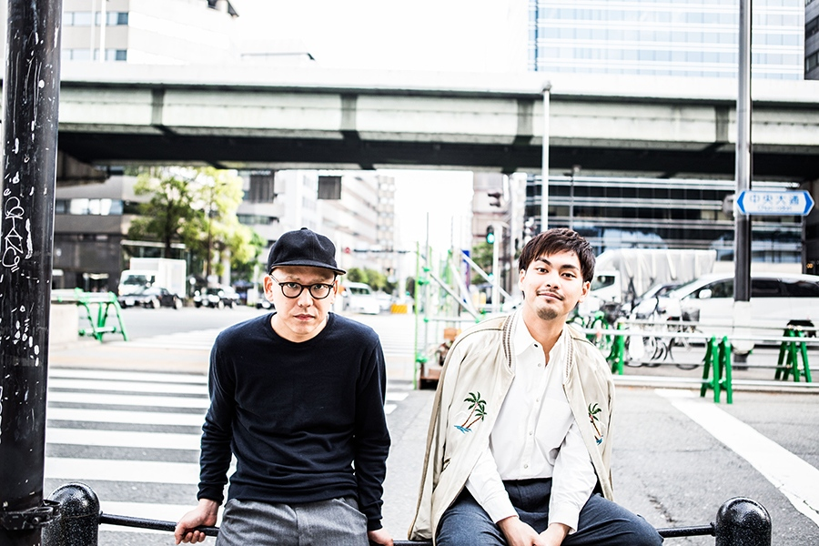 真利子哲也監督(左)と主演の柳楽優弥