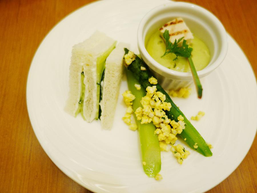 ミモザ風アスパラガス、アボカドムースなど、食事メニューももちろん緑