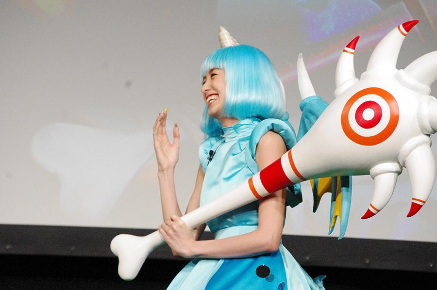 ゲームのキャラクター・サイクロプスの衣裳で登場したアッキーナこと南明奈