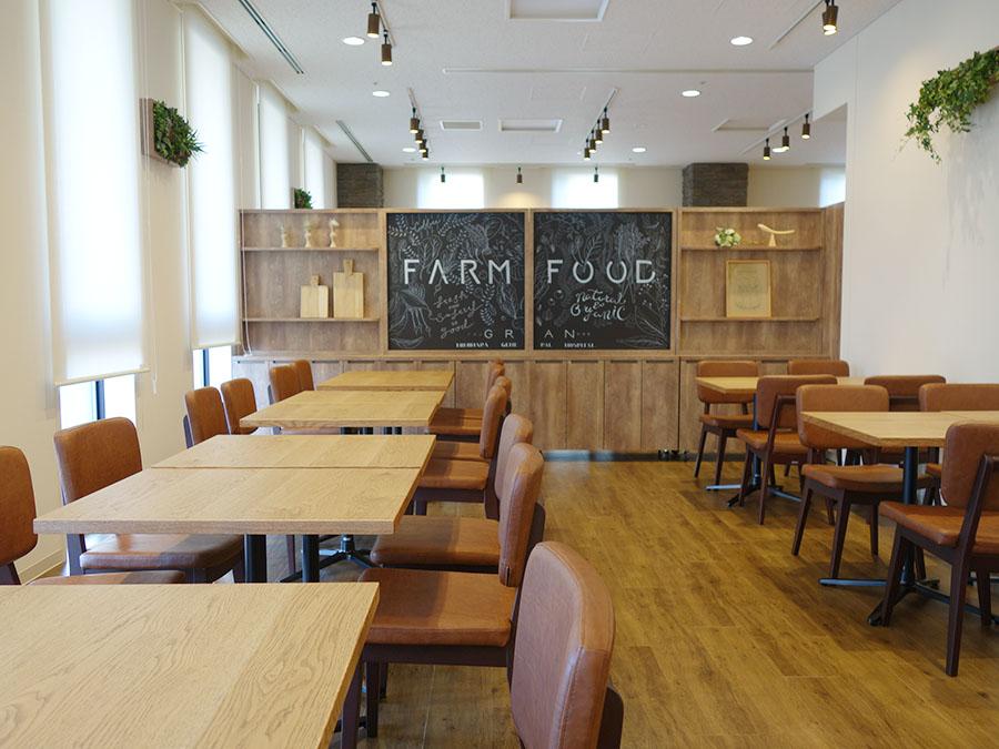 真っ白な壁、チョークアートをあしらった壁など、カフェのような空間に