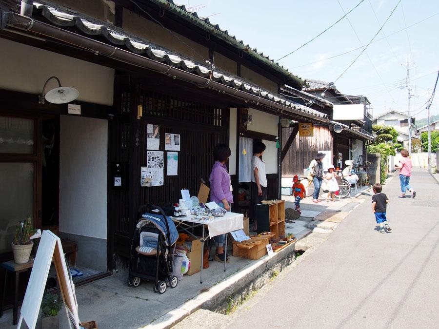 奈良きたまち多門町3軒長屋軒先では、マーケットが開催(写真は過去の様子)