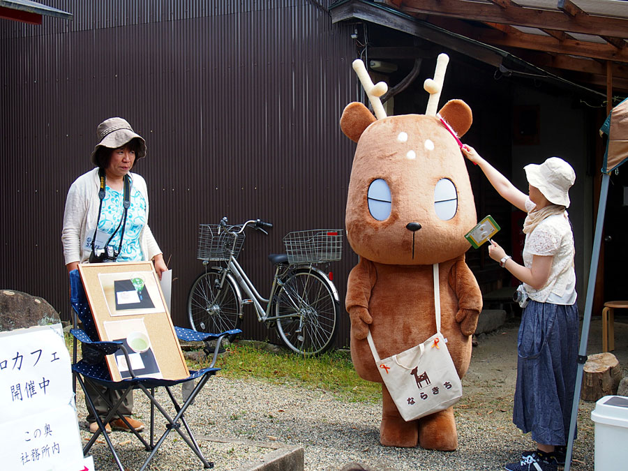 「祇園社・八坂神社」で開催される『おやつ横丁&こもの市』では、大人気の奈良キャラ・ならきちがやってくる(写真は過去の様子)
