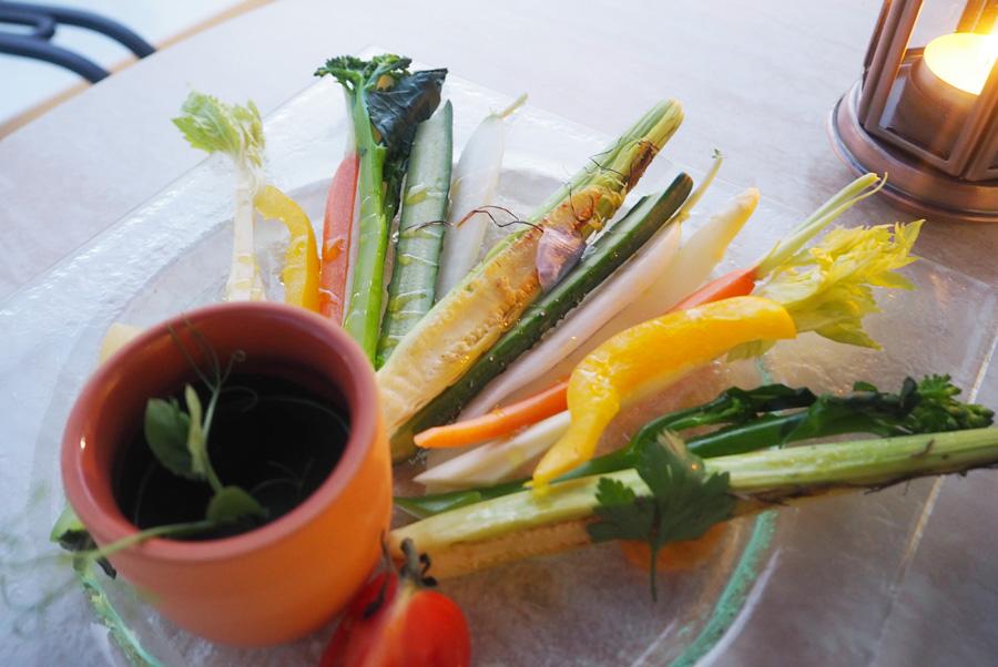 当日入荷した8種のスティック野菜とタプナードとジェノベーゼソース