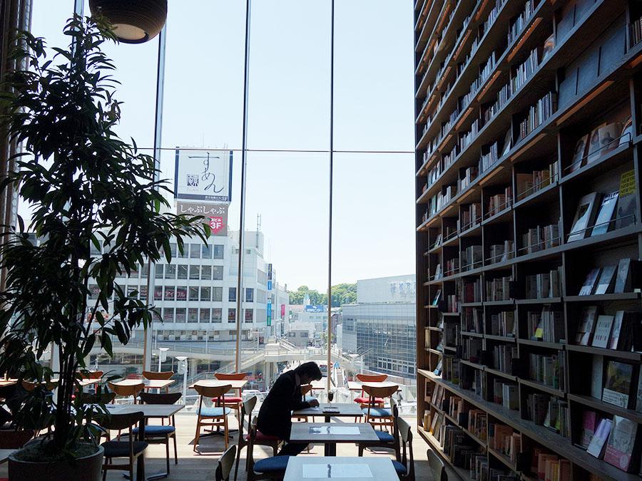 OGAWA COFFEE LiMiTEDD CAFEのカフェスペース、窓が広く心地よい空間に
