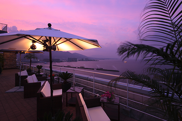 琵琶湖ホテル13階屋上の期間限定「カフェ オルオル」。夕暮れは、リゾート気分が最高潮。真夏の夜の夢が見られそう!