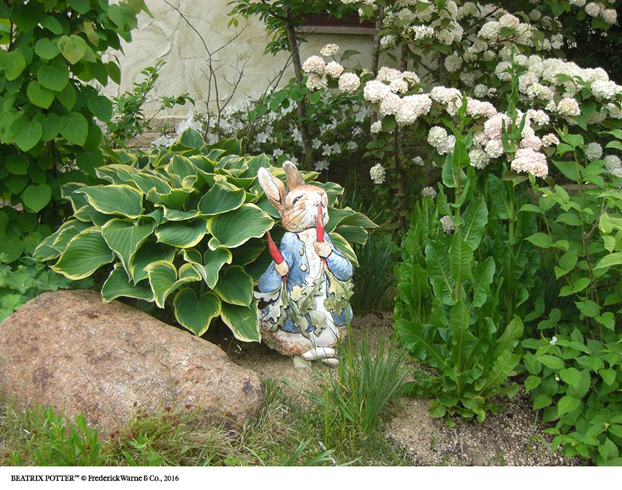 英国風庭園内に、ピーターや仲間たちが! まるでお話の世界のよう