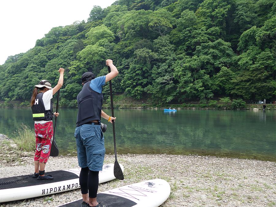 最初は川縁で基礎を練習してから