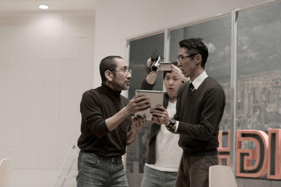 前回公演『CREATIVE DIRECTOR』より。左がクリエイティブ・ディレクターを演じた川下大洋。村角兄弟の父親は川下の同級生という photo/Toru Imanishi