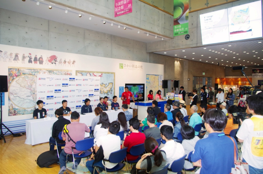 記者会見が行われた「さかい利晶の森」には多くの報道関係者や観客が集まった