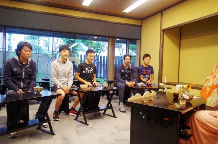 茶席に招かれた5選手。初めて体験したチモライ選手は「ほうれんそうが入っているのかい?」とコメント