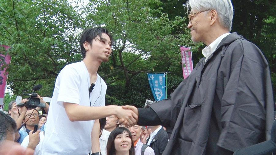 2015年夏、国会前で音楽家・坂本龍一らも駆けつけたデモの光景は記憶に新しい