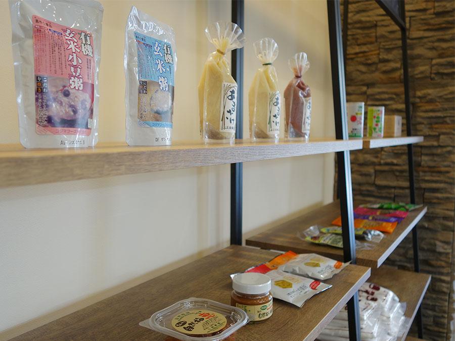 店舗で使っている食材や、体のことを考えたおやつなど、佃さんが選び抜いた商品も販売